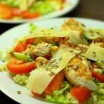 Salotos su karšta vištiena