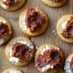 Ožkos sūrio ir džiovintų pomidorų vieno kąsnio užkandėlė